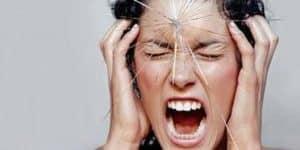 Cơn đau đầu liên quan đến xuất huyết dưới nhện được mô tả là cơn đau tồi tệ nhất mà bệnh nhân mắc phải.